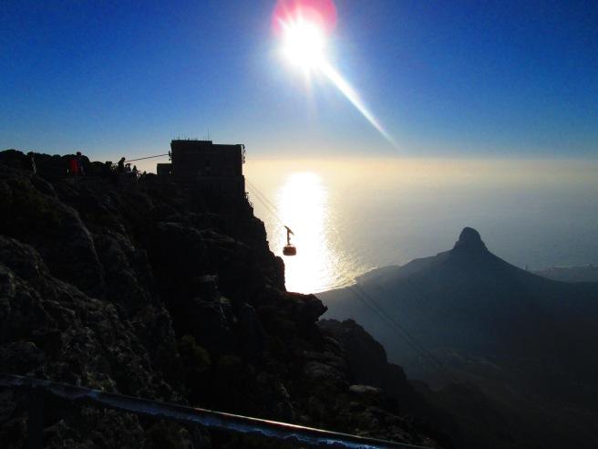 Rene doer oppe på nydelige Table Mountain hvor vann så vel som folk må fraktes opp med cable car.